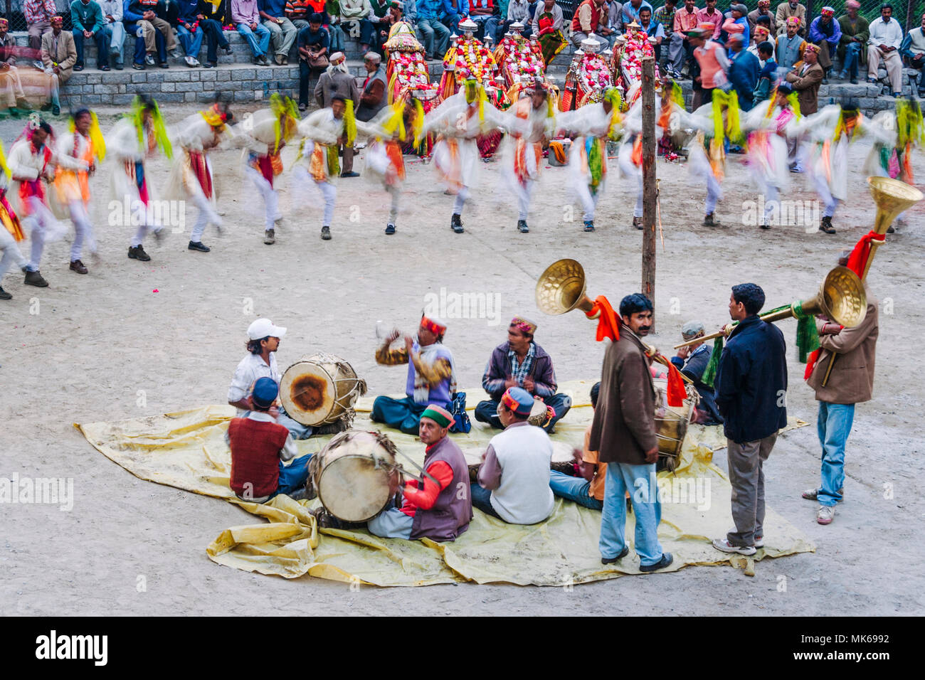Naggar, Himachal Pradesh, India : During the Naggar Mela festival musicians perform sitting on the floor while high caste rajputs dance in a circle in - Stock Image