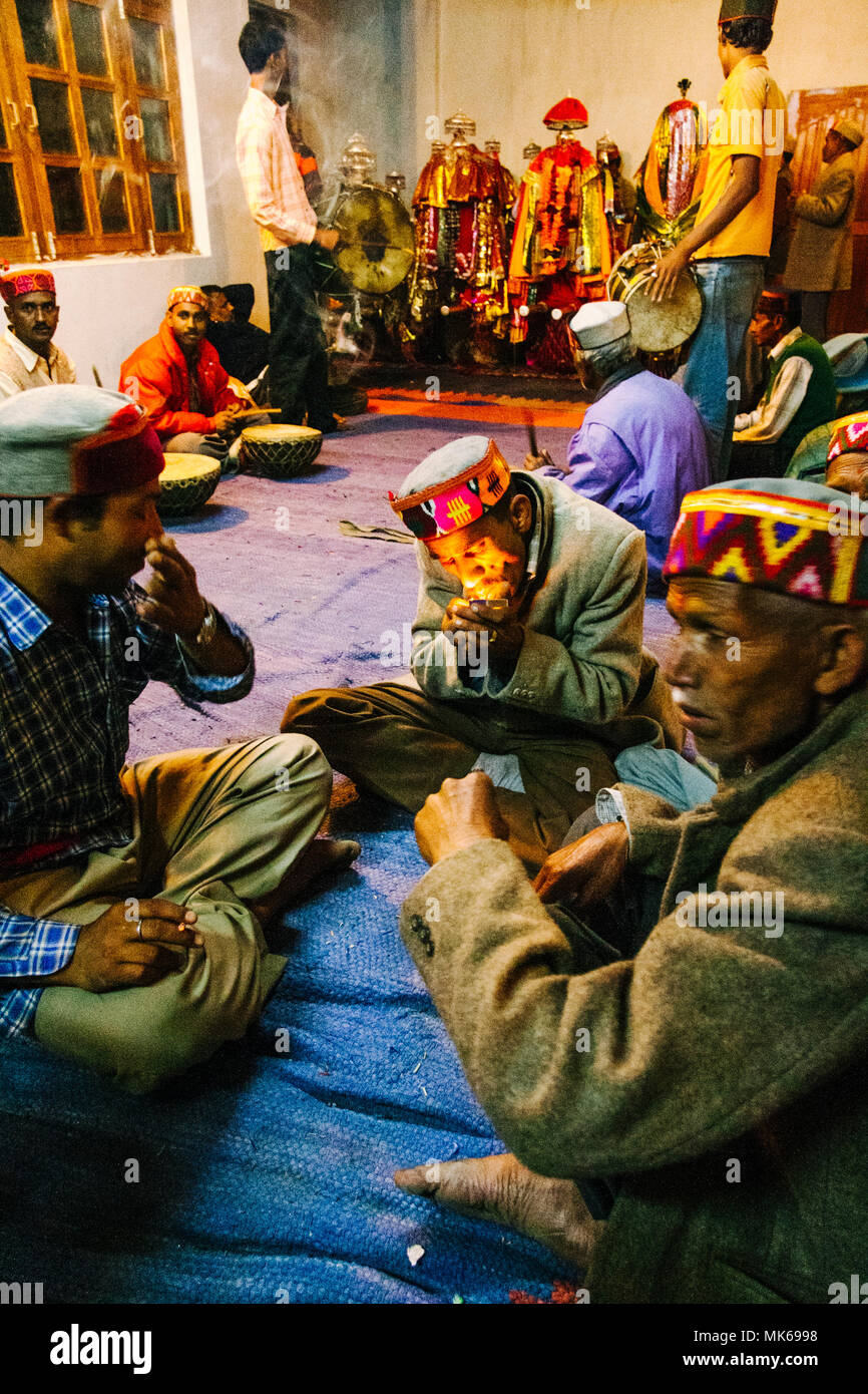 Nagar, Himachal Pradesh, India : After the day activities during the Naggar Mela festival musicians gather at the Tripura Sundari temple to keep playi - Stock Image