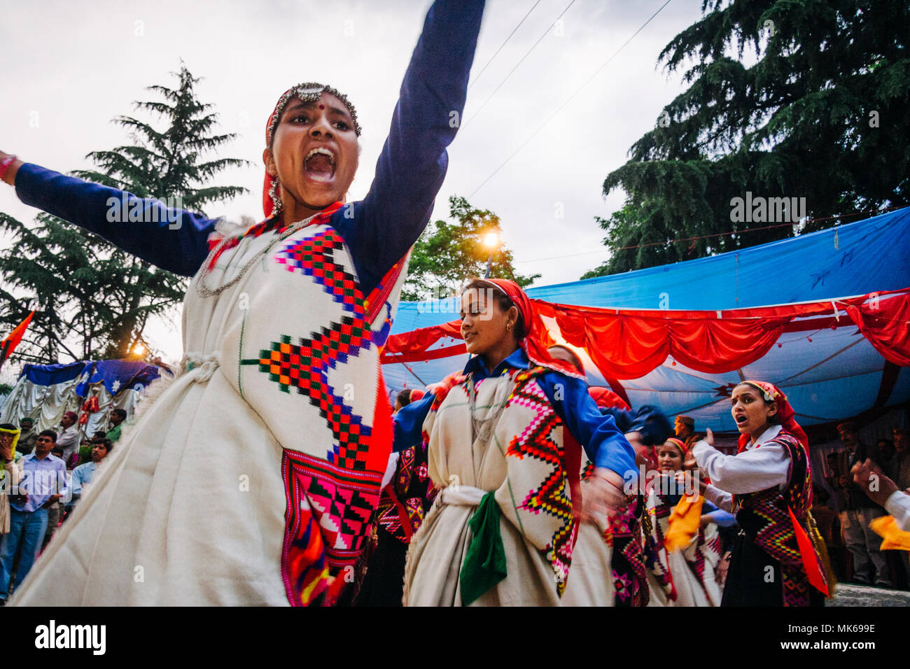 Nagar, Himachal Pradesh, India : During the Naggar Mela festival Himachali women dance in honor of the local deity Tripura Sundari outside her temple  - Stock Image