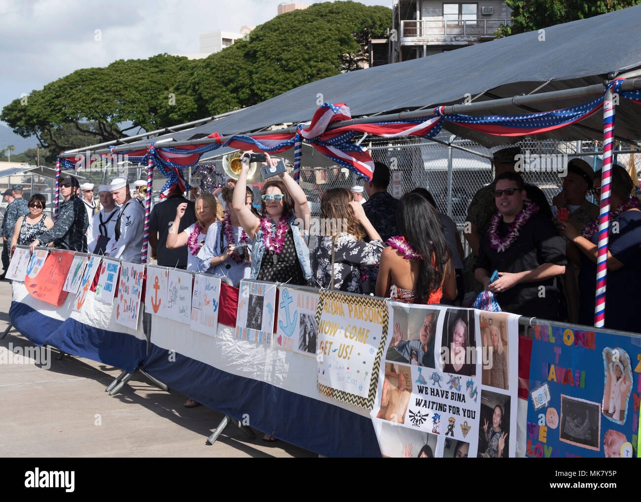 171122-N-KV911-0001 PEARL HARBOR (Nov. 22, 2017) Family members wait for their loved ones from the Virginia-class attack submarine USS Illinois (SSN 786) to arrive at Joint Base Pearl Harbor-Hickam following a change of homeport from Groton, Connecticut, Nov. 22. USS Illinois is the 13th Virginia-class nuclear submarine and the 5th Virginia-class submarine homeported in Pearl Harbor. (U.S. Navy Photo by Mass Communication Specialist 2nd Class Shaun Griffin/Released) - Stock Image
