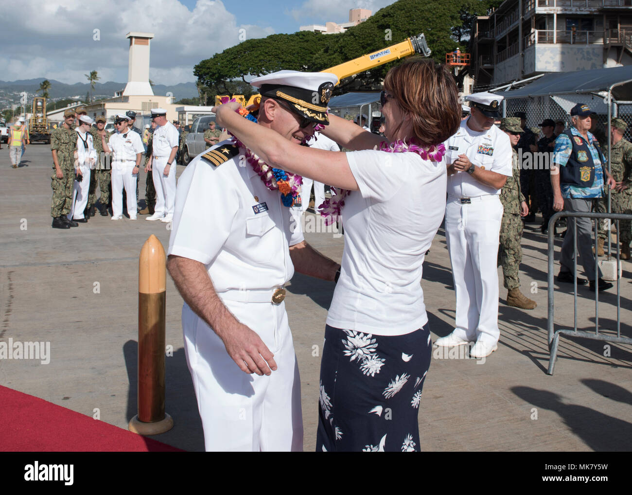 171122-N-KV911-117 PEARL HARBOR (Nov. 22, 2017) Cmdr. Neil J. Steinhagen, commanding officer of the Virginia-class attack submarine USS Illinois (SSN 786), is greeted by his wife on the pier at Joint Base Pearl Harbor-Hickam after arriving from a change of homeport from Groton, Connecticut, Nov. 22. USS Illinois is the 13th Virginia-class nuclear submarine and the 5th Virginia-class submarine homeported in Pearl Harbor. (U.S. Navy Photo by Mass Communication Specialist 2nd Class Shaun Griffin/Released) - Stock Image