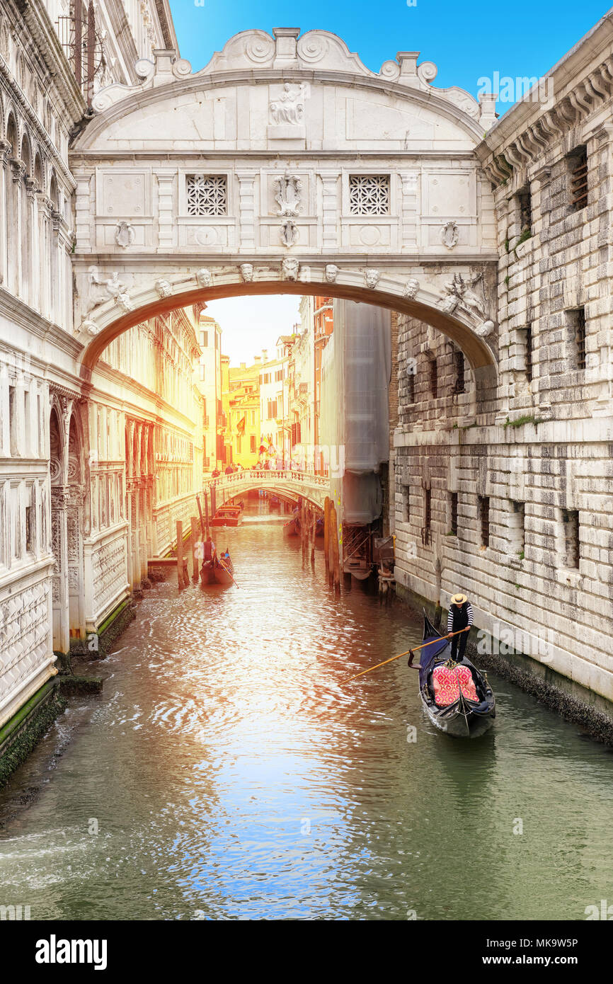 bridge of sighs in Venice and Venetian gondola on green canal, Venice, Italy. - Stock Image
