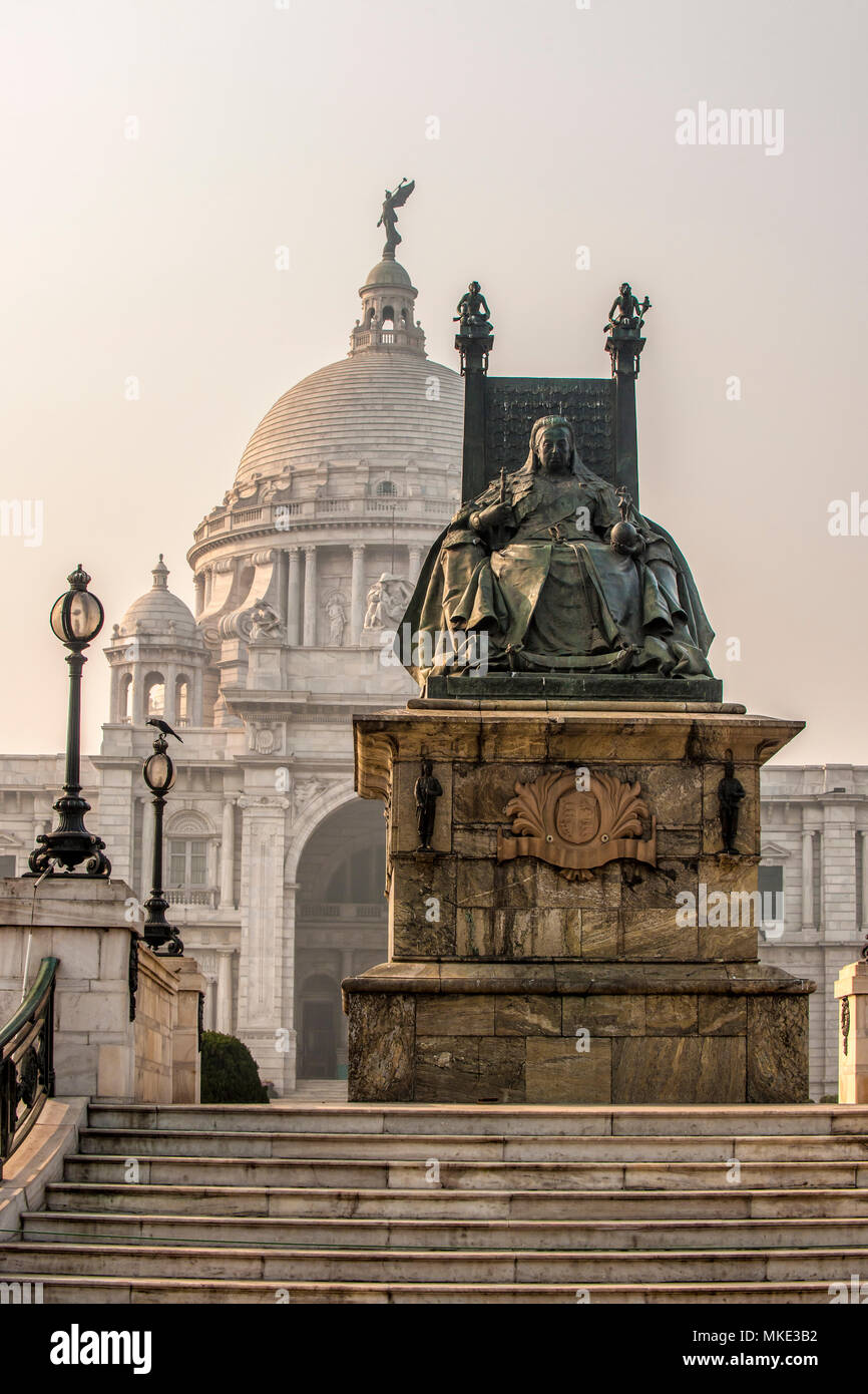 Large bronze statue of Queen Victoria on a marble plinth in front of the Victoria Memorial, Kolkata, India - Stock Image