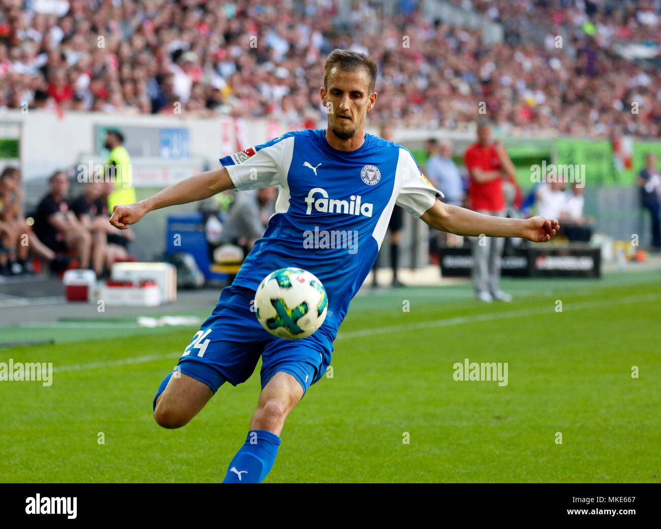 sports,football,2. Bundesliga,2017/2018,Fortuna Duesseldorf vs Holstein Kiel 1:1,Esprit arena Duesseldorf,scene of the match,Dominick Drexler (Kiel) in ball possession - Stock Image
