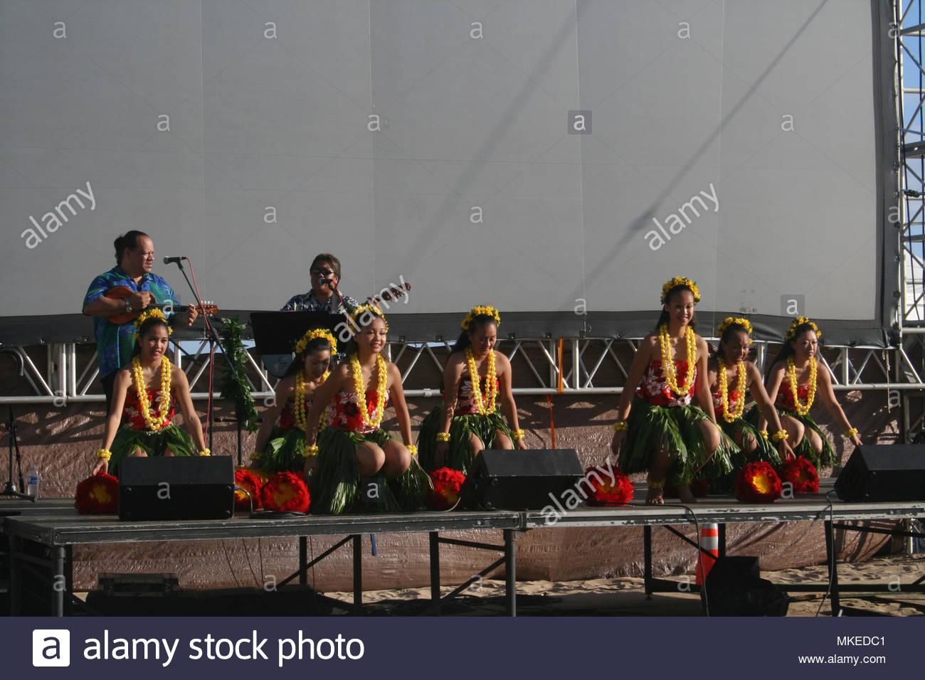 Hula dancers perform on the Hawaiian island of Oahu, USA. - Stock Image