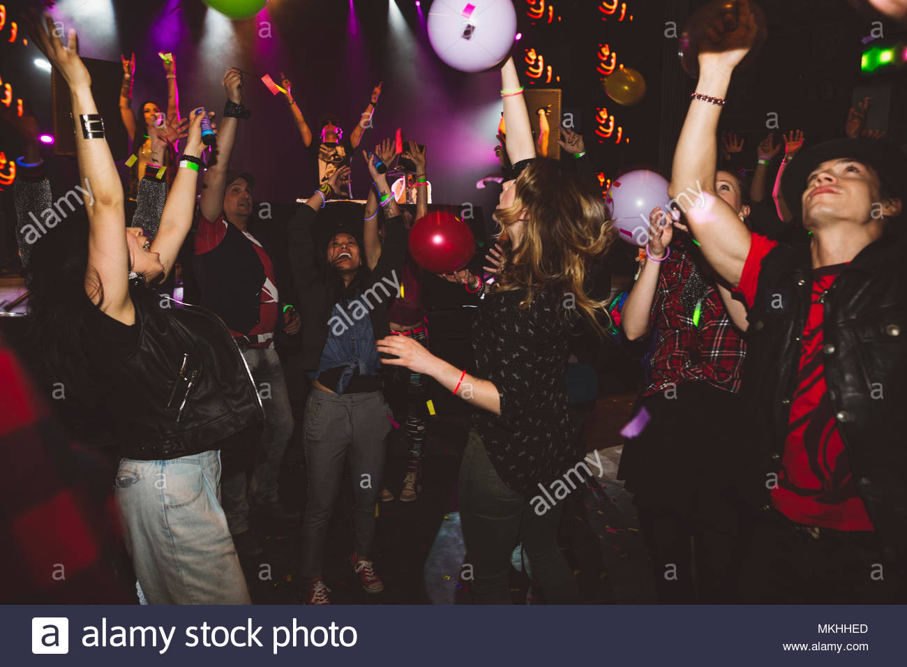Milennials dancing and partying in nightclub - Stock Image