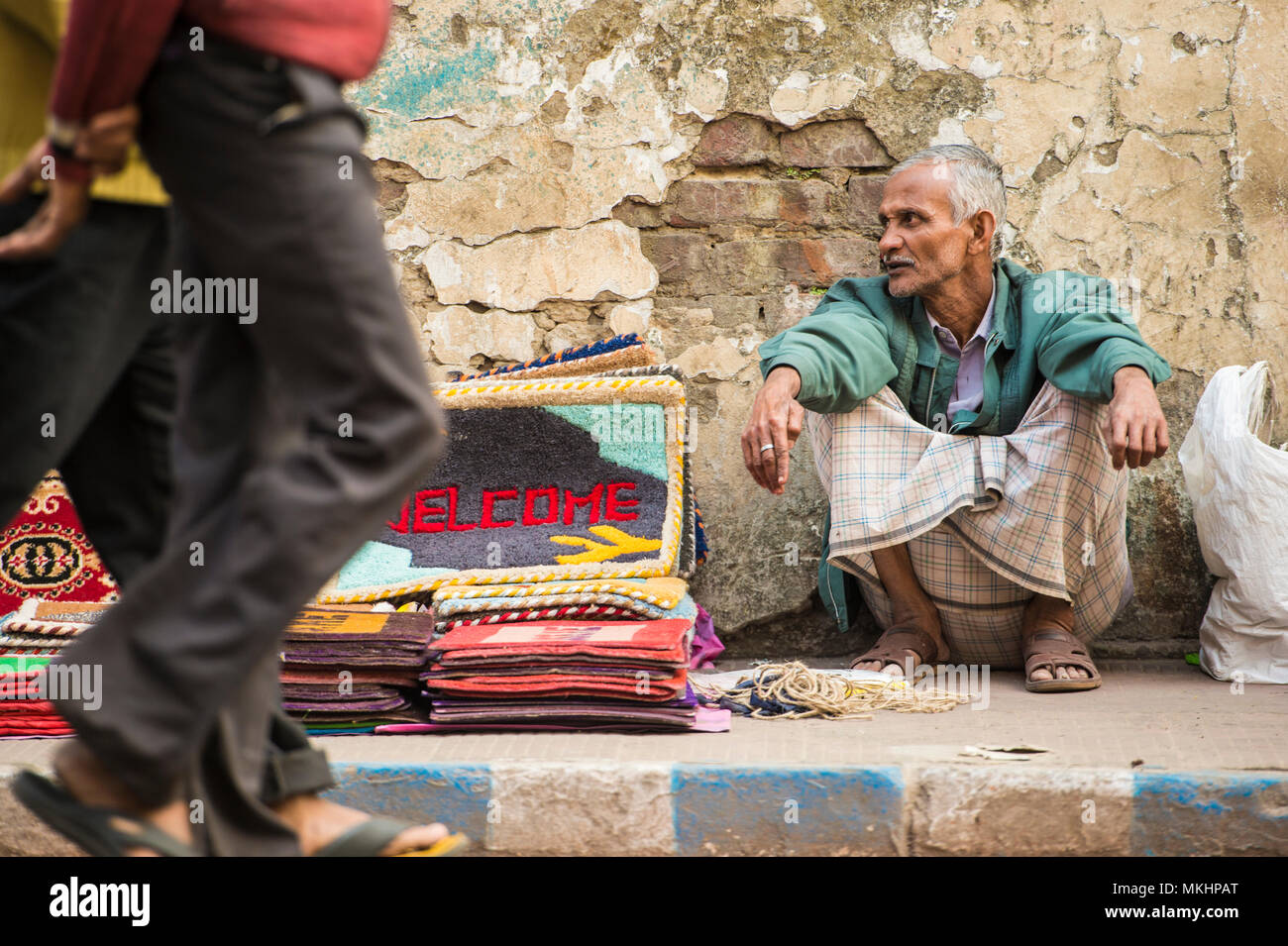 KOLKATA - INDIA - 21 JAN 2018 An abusive vendor is selling carpets on the streets of Calcutta. - Stock Image