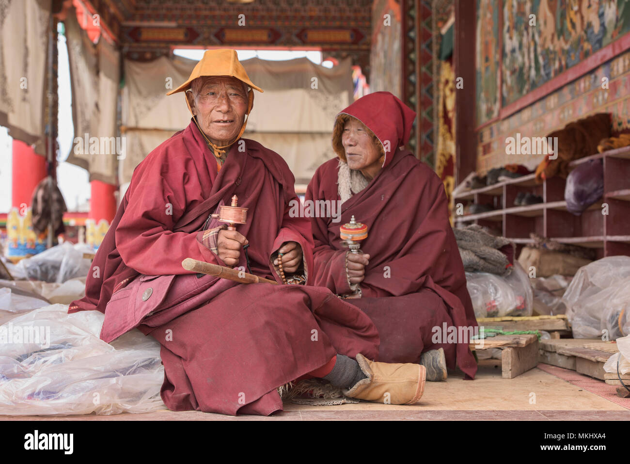 Tibetan monks spinning prayer wheels, Yarchen Gar, Sichuan, China - Stock Image