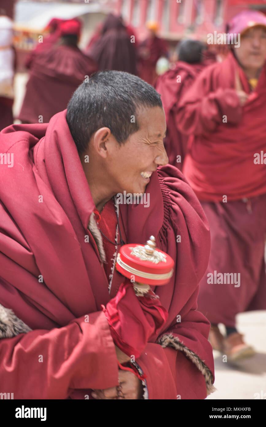 Tibetan monk with prayer wheel, Yarchen Gar, Sichuan, China - Stock Image