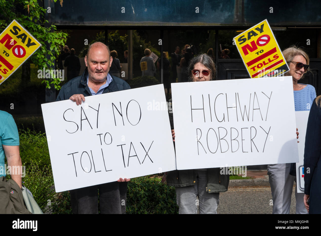 Runcorn, Cheshire, UK. 8th.May 2018: A group of anti-toll protesters gathered outside the Holiday Inn, Runcorn, around 09:30 hours prior to the tribunal commencing over the legality of the New Mersey Bridge toll collection. Credit: Dave Ellison/Alamy Live News - Stock Image