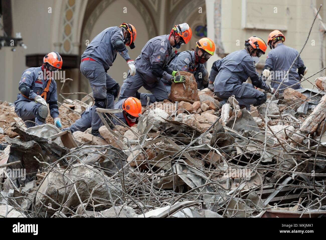 Rescue workers and firefighters work on the scene where a building caught in fire and collapsed in Sao Paolo, Brazil, 08 May 2018. Rescue teams are carrying on the search of victims of the Sao Paulo building that collapsed early 01 May after being consumed by flames, according to the Sao Paulo Fire Department, who raised the number of missing persons to seven.EFE/ Sebastiao Moreira - Stock Image