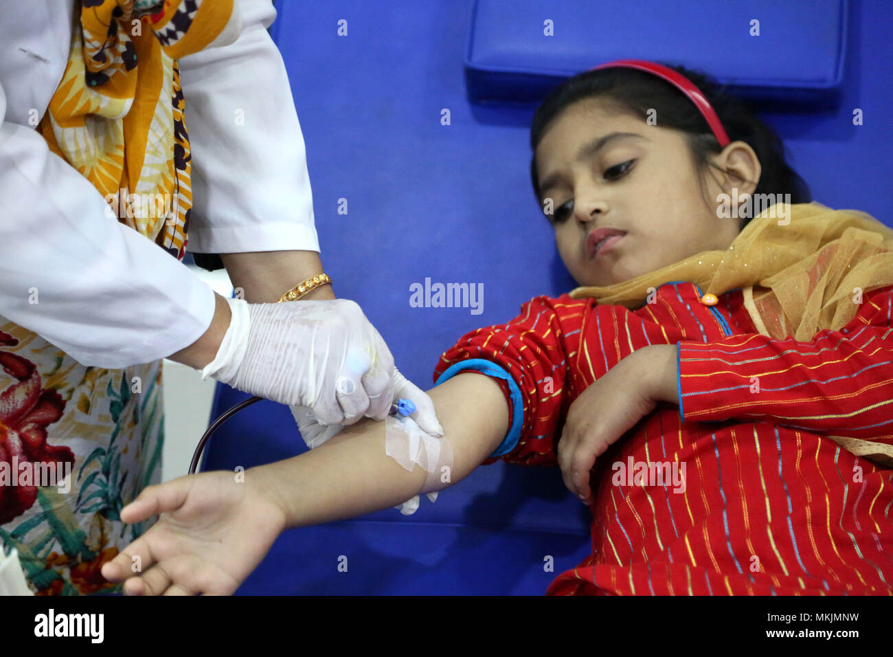 Islamabad, Pakistan. 8th May, 2018. Pakistani patient suffering from thalassemia receives blood at a medical center on the World Thalassemia Day in Islamabad, Pakistan, on May 8, 2018. Thalassemia, also called Mediterranean anemia, is an inherited and non-infectious blood disorder. Credit: Ahmad Kamal/Xinhua/Alamy Live News - Stock Image