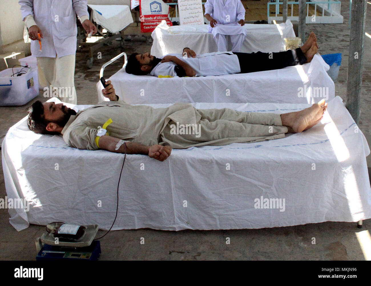 Peshawar. 8th May, 2018. Pakistani men donate blood at a medical center on World Thalassemia Day in northwest Pakistan's Peshawar on May 8, 2018. Thalassemia, also called Mediterranean anemia, is an inherited and non-infectious blood disorder. Credit: Saeed Ahmad/Xinhua/Alamy Live News - Stock Image