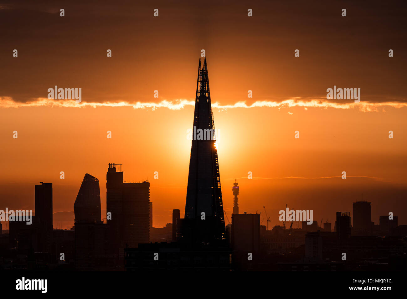 London, UK. 8th May, 2018. UK Weather: The sun sets behind the Shard skyscraper building. © Guy Corbishley/Alamy Live News - Stock Image
