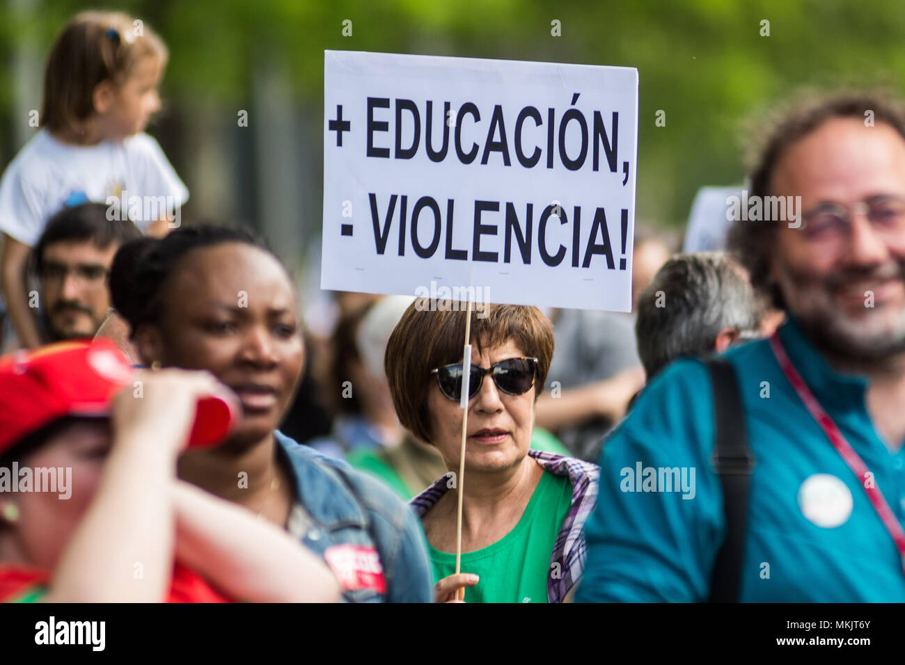 Madrid, Spain. 08th May, 2018. A woman protesting with a placard that reads 'More education, less violence!' during a demonstration against budget cuts in education and against education law (LOMCE), in Madrid, Spain. Credit: Marcos del Mazo/Alamy Live News - Stock Image