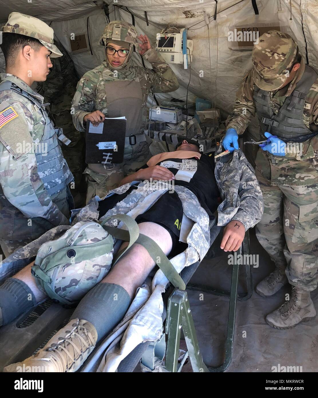After assessing a casualty, medics from 2-7 CAV, prepare the casualty for treatment by the attending physician assistant during the MASCAL exercise on McGregor Training Complex, New Mexico, May 4, May 8, 2018. The training was part of the Multi-Echelon Integrated Brigade Training that the 155th ABCT is currently undergoing to prepare for its upcoming deployment in support of Operation Spartan Shield. () - Stock Image