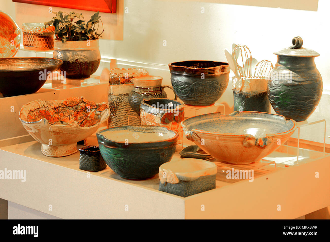 Pottery display in art gallery - Stock Image