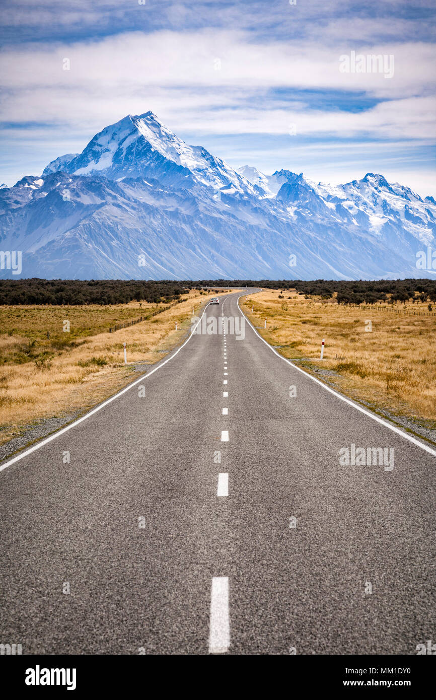 The road approaching Aoraki Mount Cook National Park, New Zealand. - Stock Image