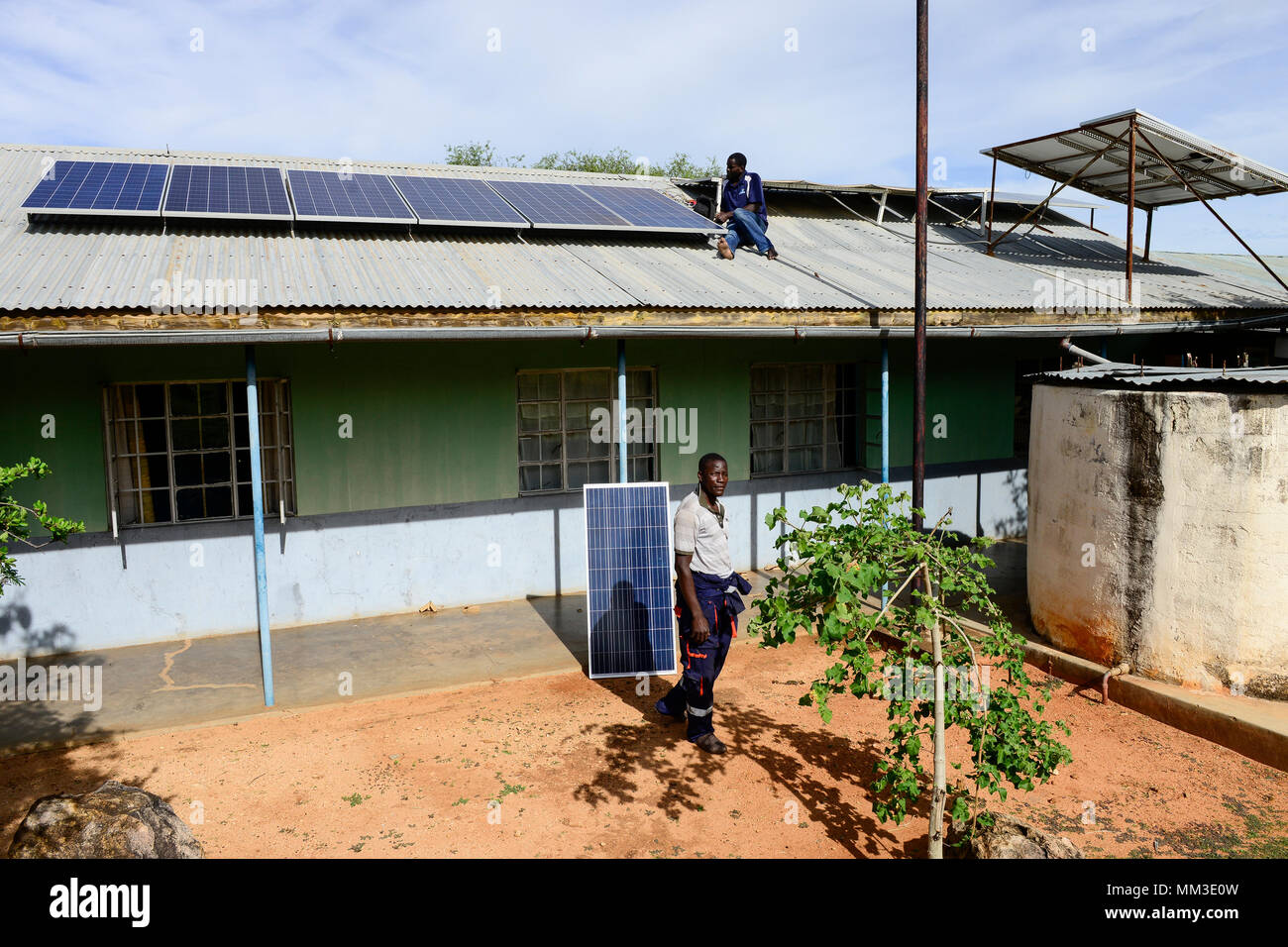 UGANDA, Karamoja, Loyoro village, installation of solar panels - Stock Image