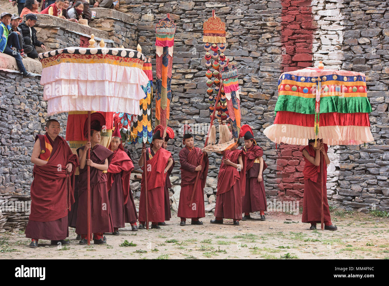 Sakya red hat monks at the Jinganqumo purification festival in Dege, Sichuan, China - Stock Image
