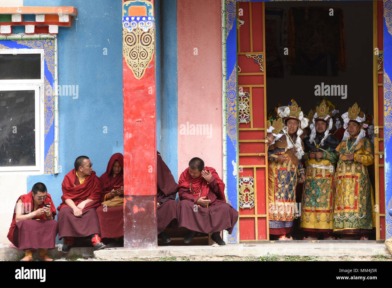 Tibetan monks readying to dance at the Jinganqumo purification festival in Dege, Sichuan, China - Stock Image