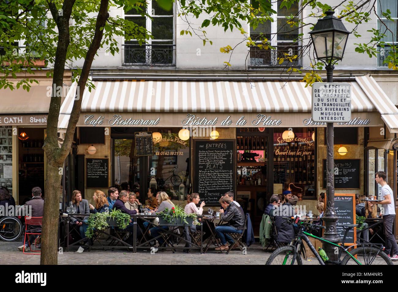 Busy outdoor cafe restaurant Au Bistrot De La Place, Place Sainte-Catherine, Marais, Paris, France - Stock Image