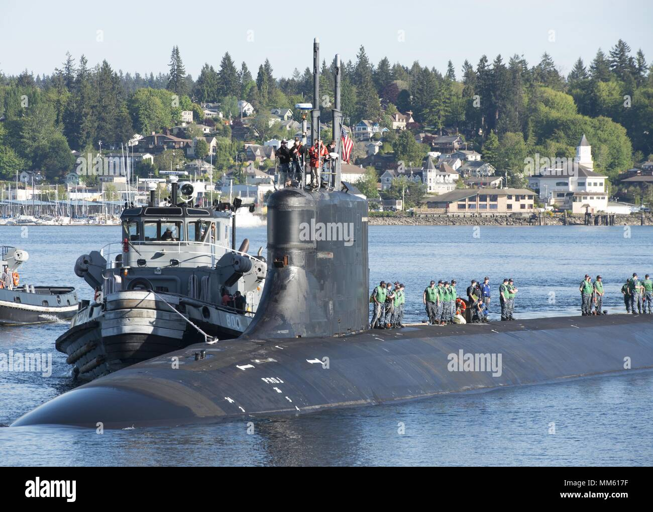 BREMERTON, Wash. (May 7, 2018) Sailors assigned to the Seawolf-class fast-attack submarine USS Connecticut (SSN 22) return home to Naval Base Kitsap-Bremerton after the completion of the multinational maritime Ice Exercise (ICEX) in the Arctic Circle, May 7, 2018. ICEX 2018 is a five-week exercise that allows the Navy to assess its operational readiness in the Arctic, increase experience in the region, advance understanding of the Arctic environment, and continue to develop relationships with other services, allies and partner organizations. (U.S. Navy photo by Mass Communication Specialist 1s - Stock Image