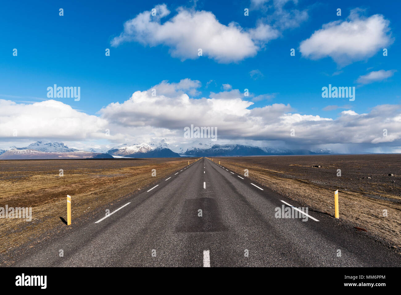 South Iceland. The empty Ring Road (Route 1 or Hringvegur) looking towards Skaftafell and the snow-capped mountains of the Vatnajökull National Park - Stock Image
