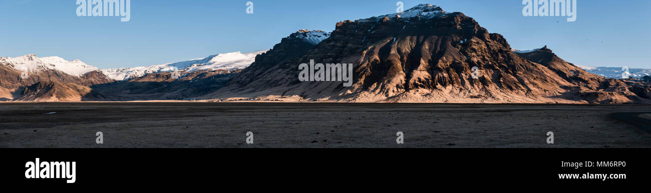 South Iceland. Landscape and farms in Eyjafjöll, beneath the Eyjafjallajökull glacier and volcano which most recently erupted in 2010 - Stock Image