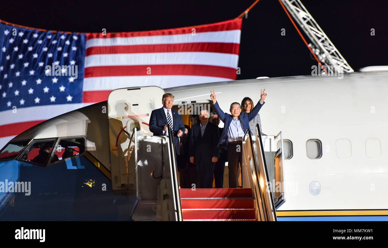 U.S. President Donald Trump and First Lady Melania Trump welcome home three American detainees freed by North Korea on arrival at Joint Base Andrews May 10, 2018 in Clinton, Maryland. The three include Kim Dong-chul, Tony Kim and Kim Hak-song released as a gesture of goodwill ahead of the planned meeting between Trump and North Korean leader Kim Jong-un. - Stock Image