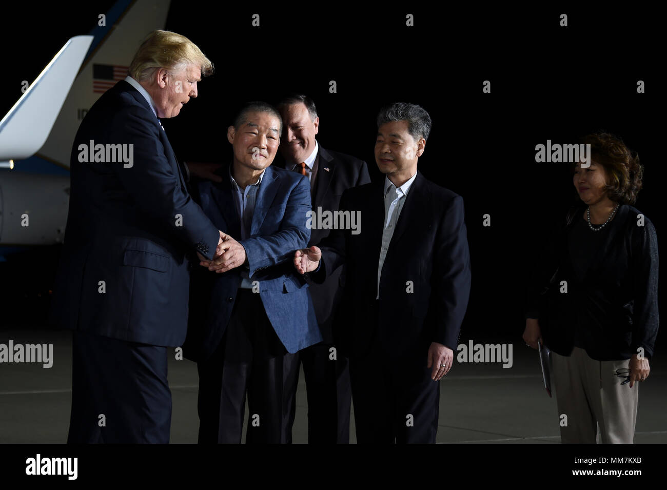U.S. President Donald Trump and Secretary of State Mike Pompeo welcome home three American detainees freed by North Korea on arrival at Joint Base Andrews May 10, 2018 in Clinton, Maryland. The three include Kim Dong-chul, Tony Kim and Kim Hak-song released as a gesture of goodwill ahead of the planned meeting between Trump and North Korean leader Kim Jong-un. - Stock Image