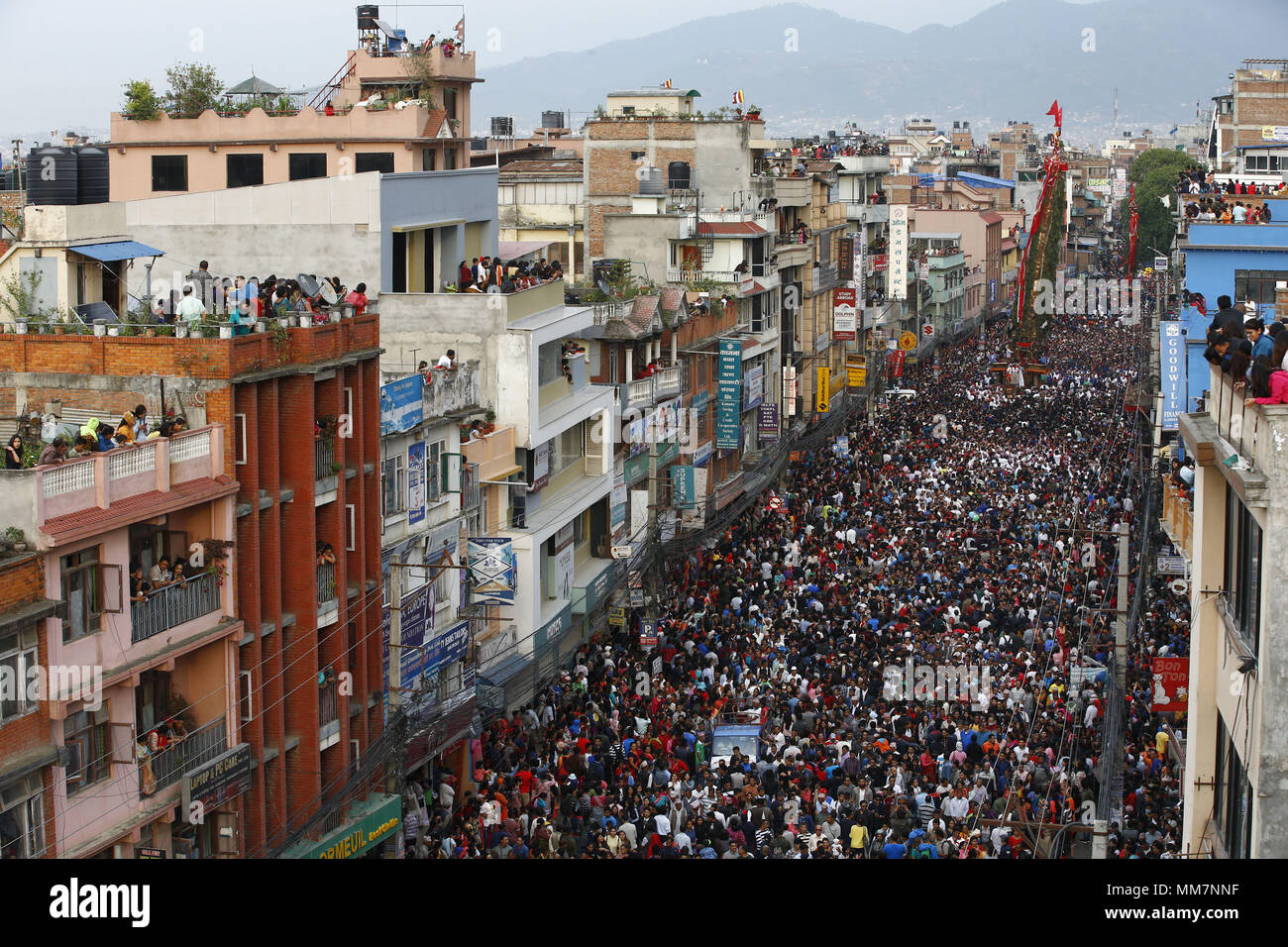 Lalitpur, Nepal. 10th May, 2018. Thousands of Nepalese devotees pull ...