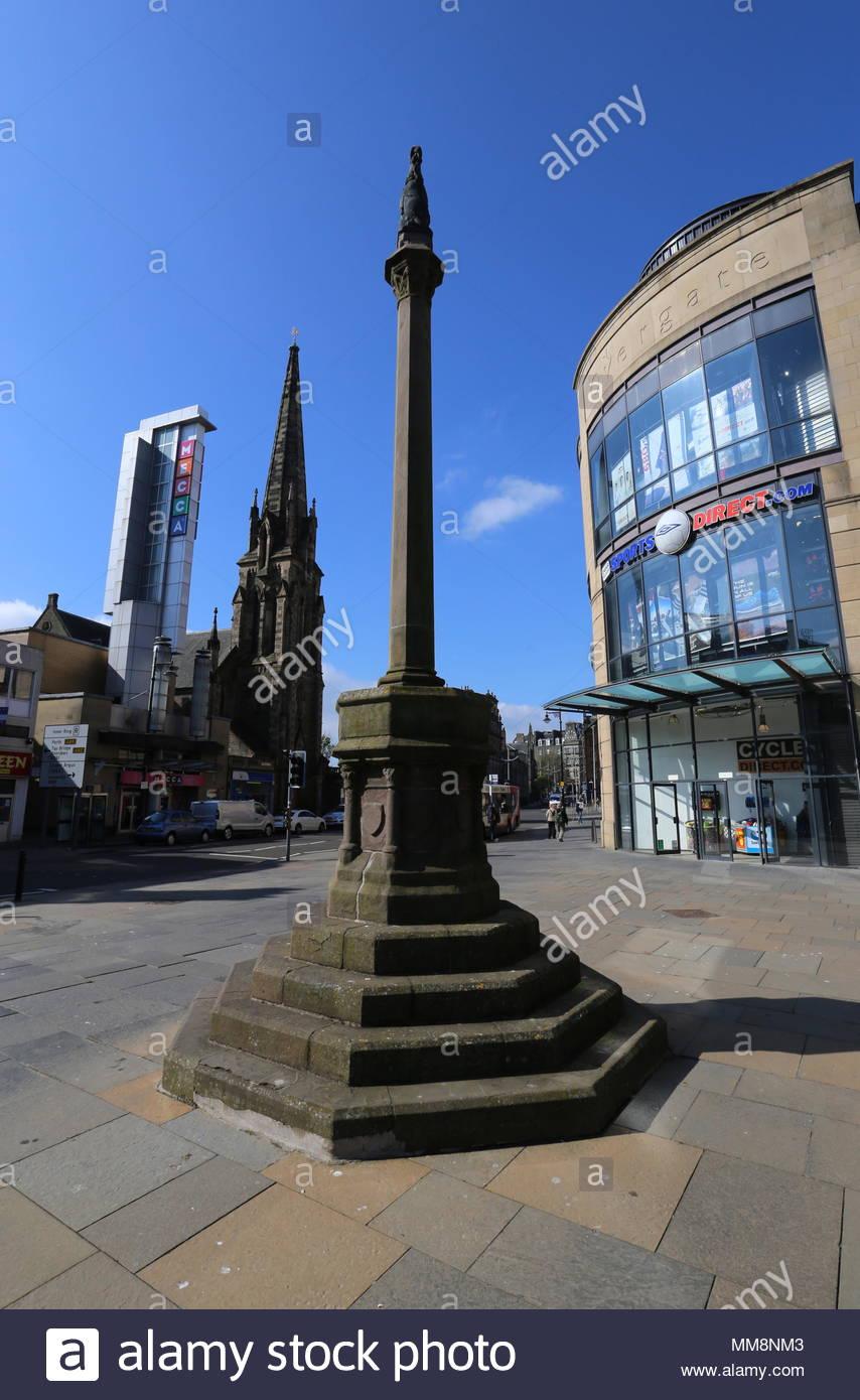 Mercat Cross with Mecca Bingo and Meadowside St Pauls Church Dundee Scotland  May 2018 - Stock Image