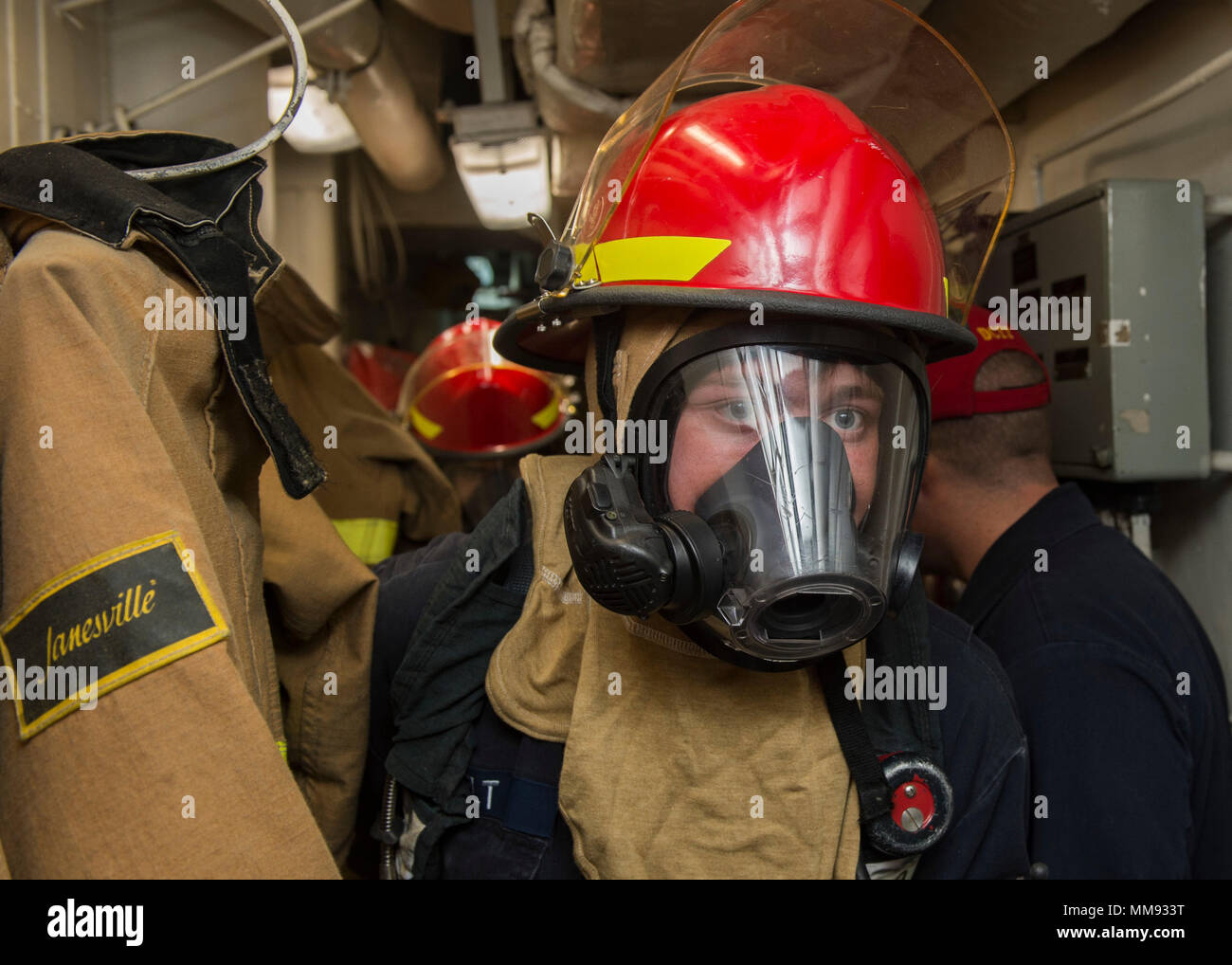 170913-N-UB406-013 ATLANTIC OCEAN (Sept. 13, 2017) Damage Controlman 3rd Class Mathew Pelt, assigned to the Arleigh Burke-class guided-missile destroyer USS Mitscher (DDG 57), prepares to investigate a toxic gas leak during a damage control training drill Sept. 13, 2017. Mitscher, homeported in Norfolk, is conducting naval operations in the U.S. 6th Fleet area of operations in support of U.S. national security interests in Europe. (U.S. Navy photo by Mass Communication Specialist Seaman Cameron M. Stoner/Released) - Stock Image
