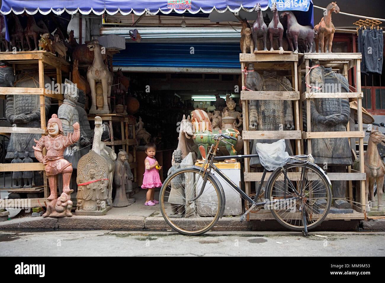 China.Shanghai: Dongtai Lu. Antique Market. Old city, chinese girl - Stock Image