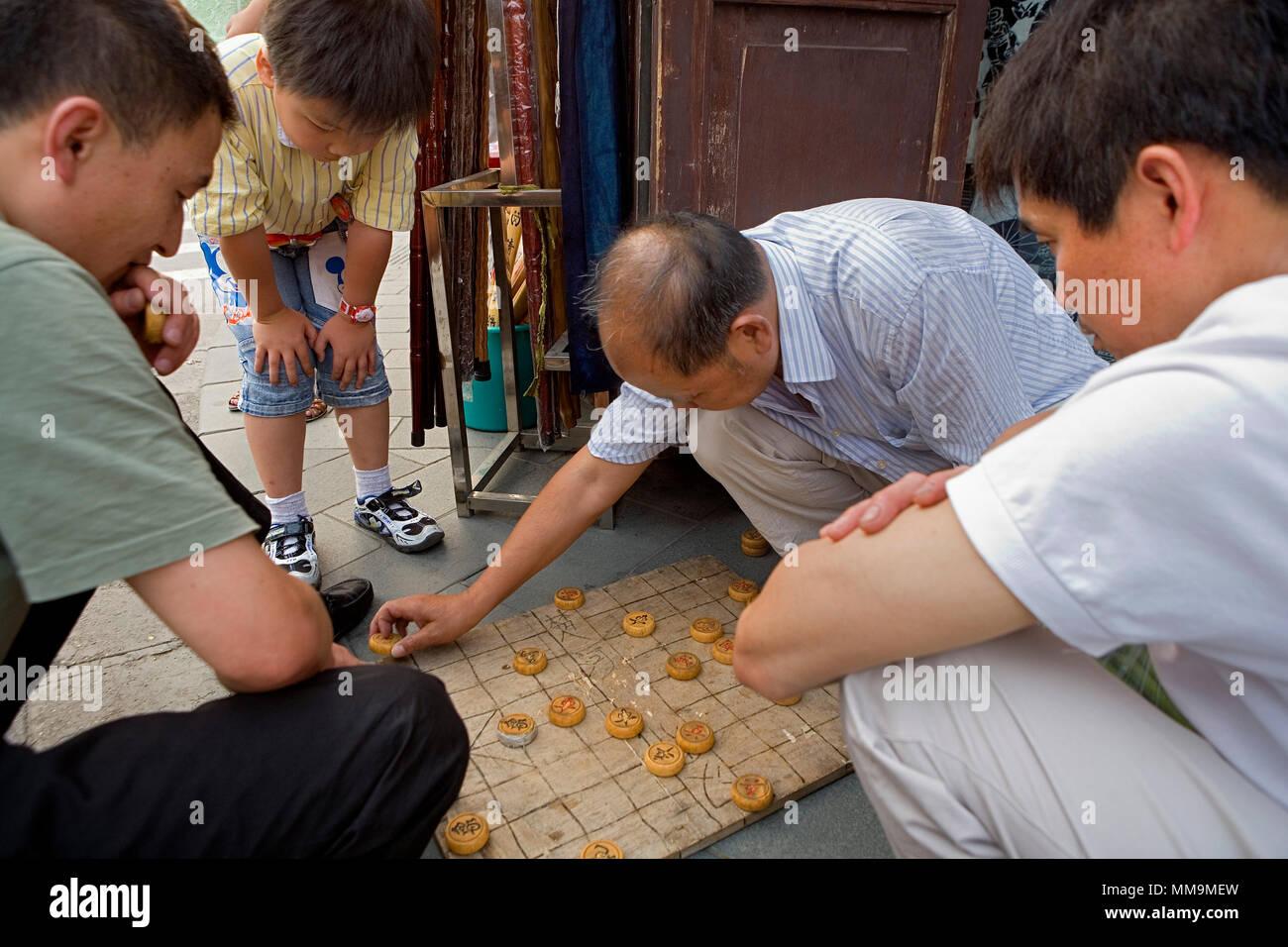 China.Shanghai: Men play Xiangqi (Chinese Chess) in  Fangbang Road - Stock Image