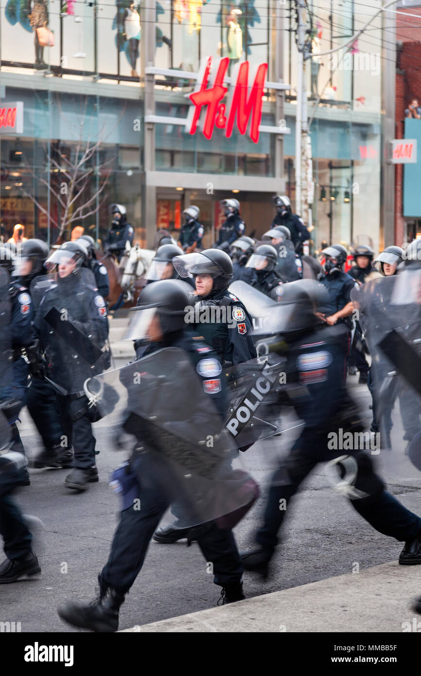 Riot police in action along Queen Street West during the G20 summit in Downtown Toronto, Ontario, Canada. - Stock Image