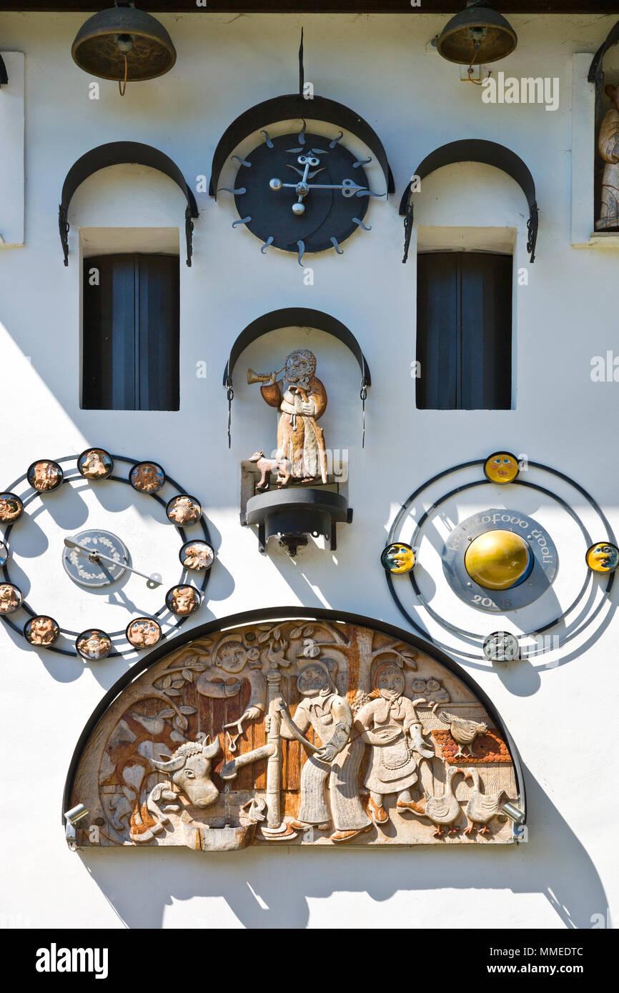 Orloj ve trafostanici, (řezbář Václav Plechatý),  Kryštofovo údolí pod Ještědem, Liberec, Česká republika / astronomical clock, Krystof valley near Je - Stock Image