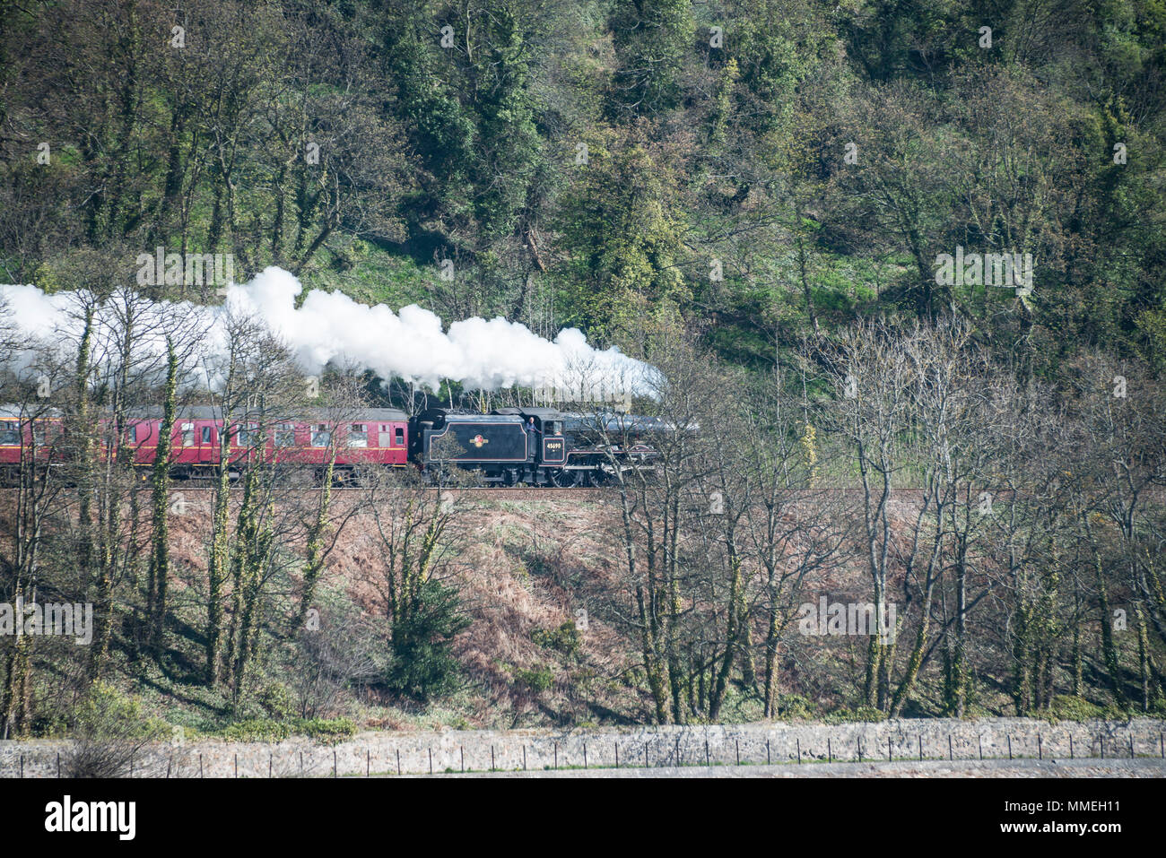 LMS Jubilee Class 5690 Leander steam locomotive runs along Silversands Bay - Stock Image