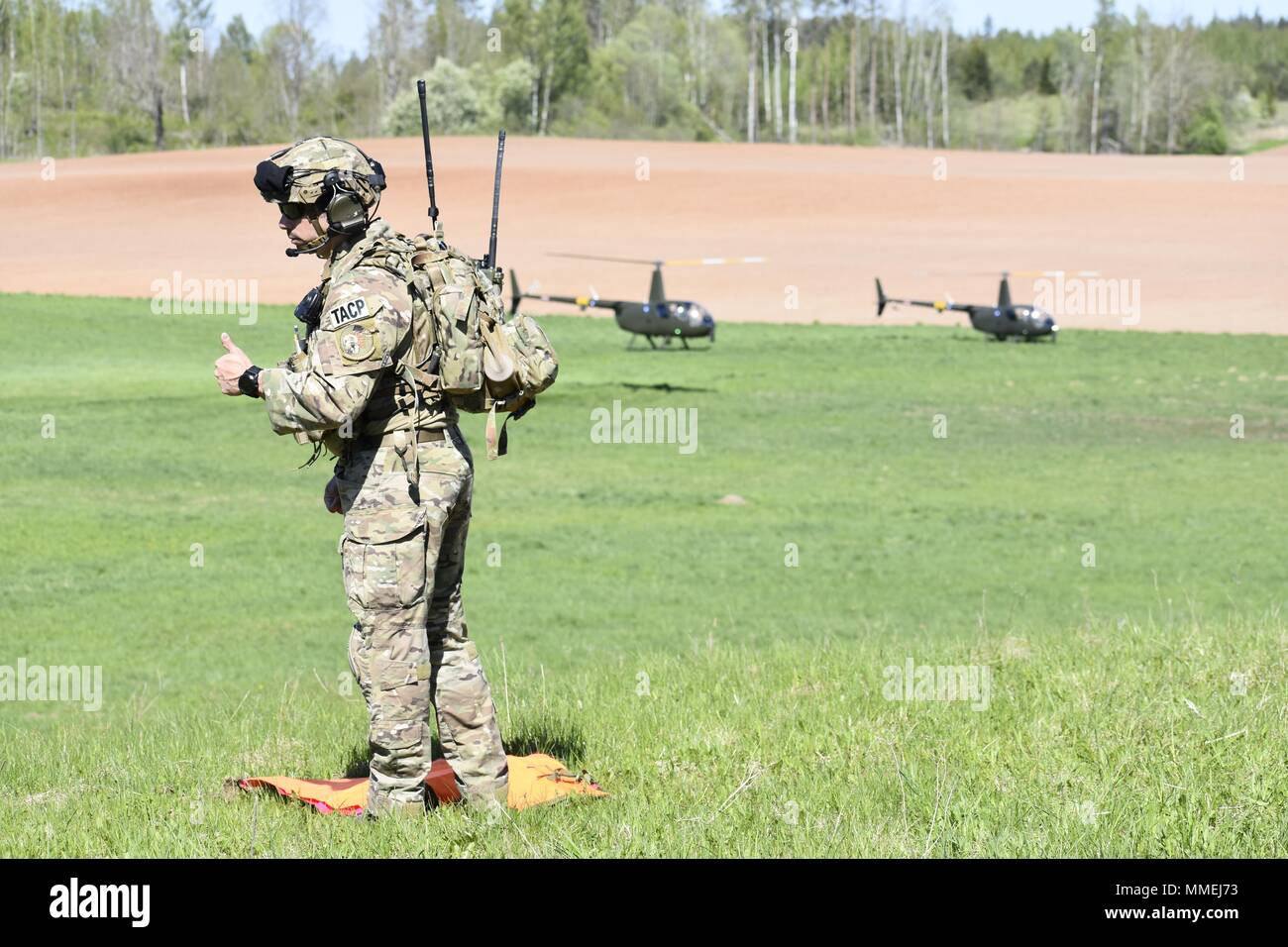 U.S. Air Force Tech Sgt. Laurence Paradis, Tactical Air Control Party member with Okla. National Guard's 146th Air Support Operations Squadron, advises Estonian Defense Force on Joint Terminal Attack Controller capabilities May 9th during Exercise HEDGEHOG 2018 in Southern Estonia, May 9, 2018. The TACP personnel served as advisers to the Estonian Defense Force to create combined fires between U.S. Army and multinational aviation assets. Photo By Maj. Kurt M. Rauschenberg, 58th EMIB Public Affairs Officer. () Stock Photo