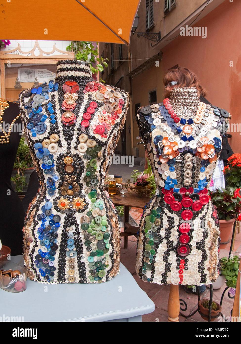 Kleid aus bunten Knoepfen in einem Modegeschaeft, Boutique, Platz Cours Saleya, Nizza, Suedfrankreich, Alpes-Maritimes, Cote d'Azur, Frankreich, Europ - Stock Image