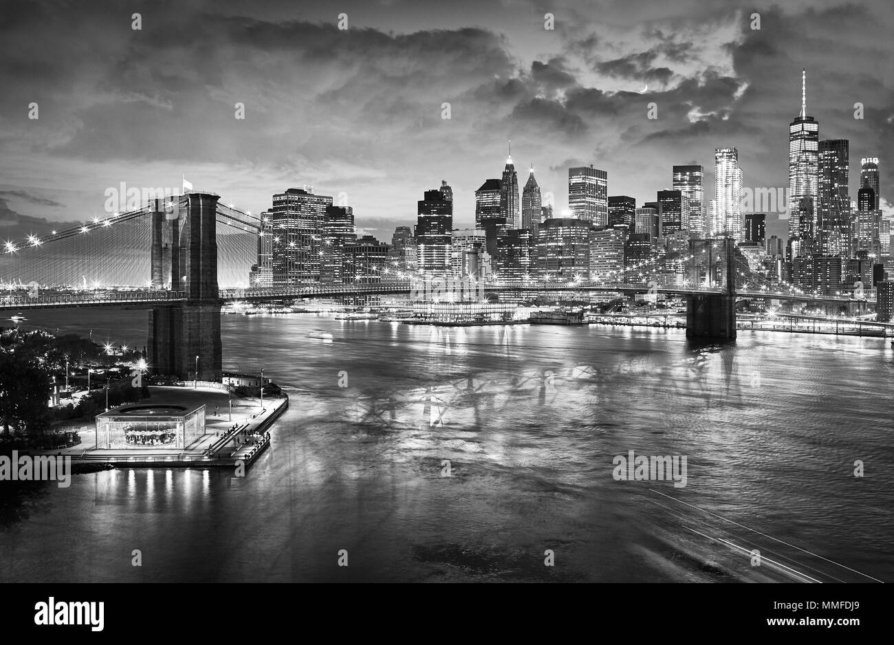 Black and white picture of the Brooklyn Bridge and Manhattan skyline at night, New York City, USA. - Stock Image