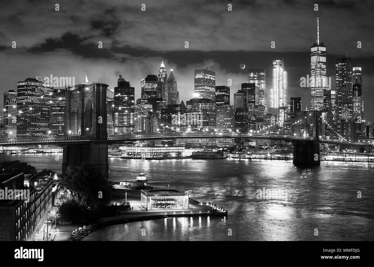 Black and white picture of the Brooklyn Bridge and Manhattan seen from Dumbo at night, New York City, USA. - Stock Image