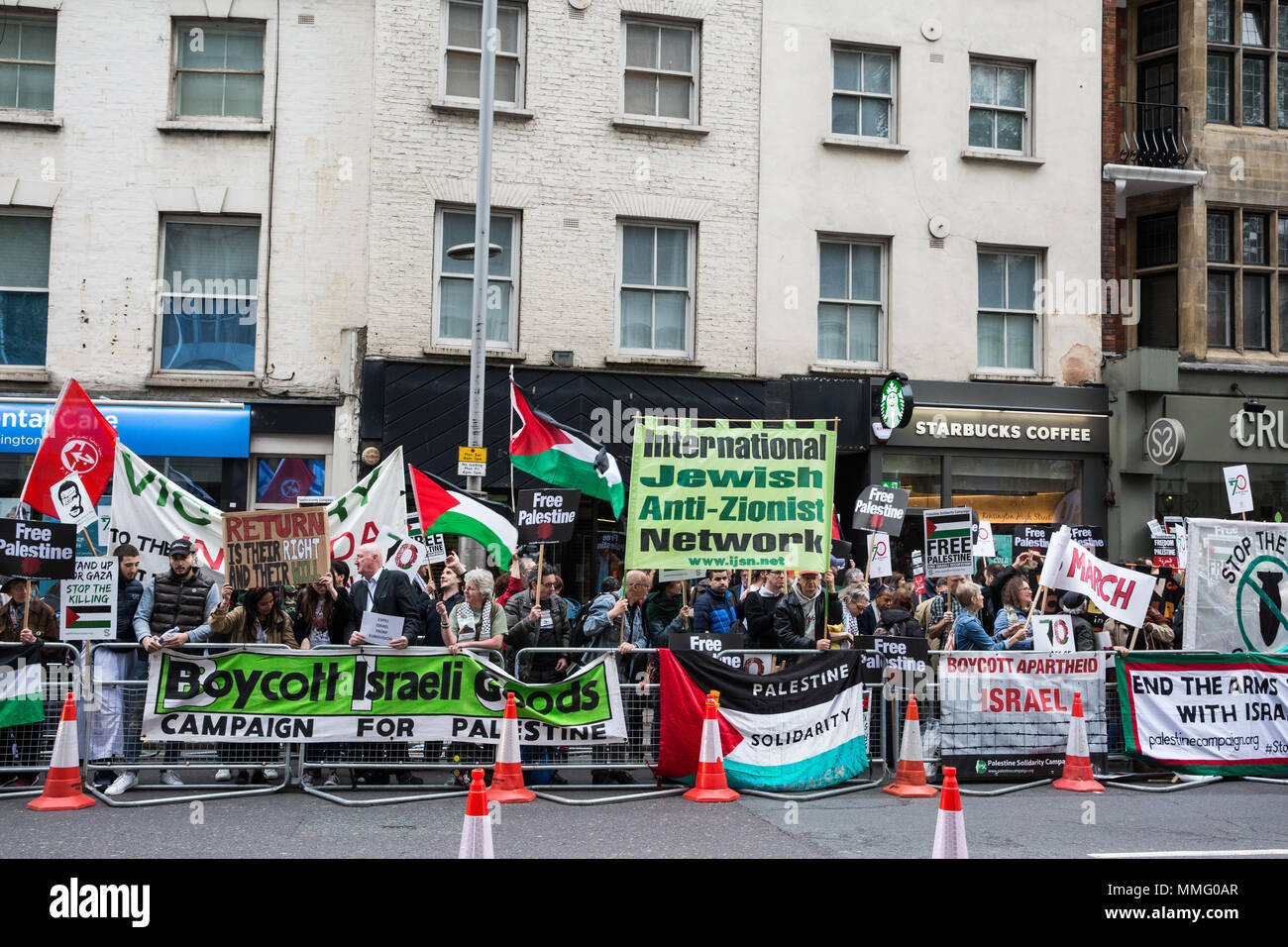 London, UK. 11th May, 2018. Pro-Palestinian activists protest opposite the Israeli embassy to mark the 70th anniversary of the Nakba and in solidarity with the Great March of Return in Gaza. The protest was organised by Palestine Solidarity Campaign, Friends of Al-Aqsa, Palestinian Forum in Britain and Olive. Credit: Mark Kerrison/Alamy Live News - Stock Image