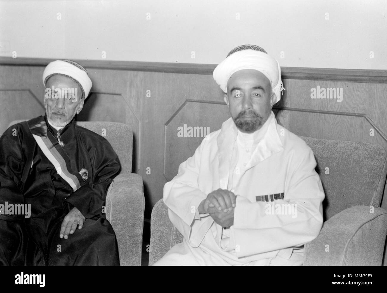 His Highness the Emir Abdullah, right and Sheikh Abdullah Siraf a Hafai notable Minister of Justice & Education, (former Prime Minister) seated - Stock Image
