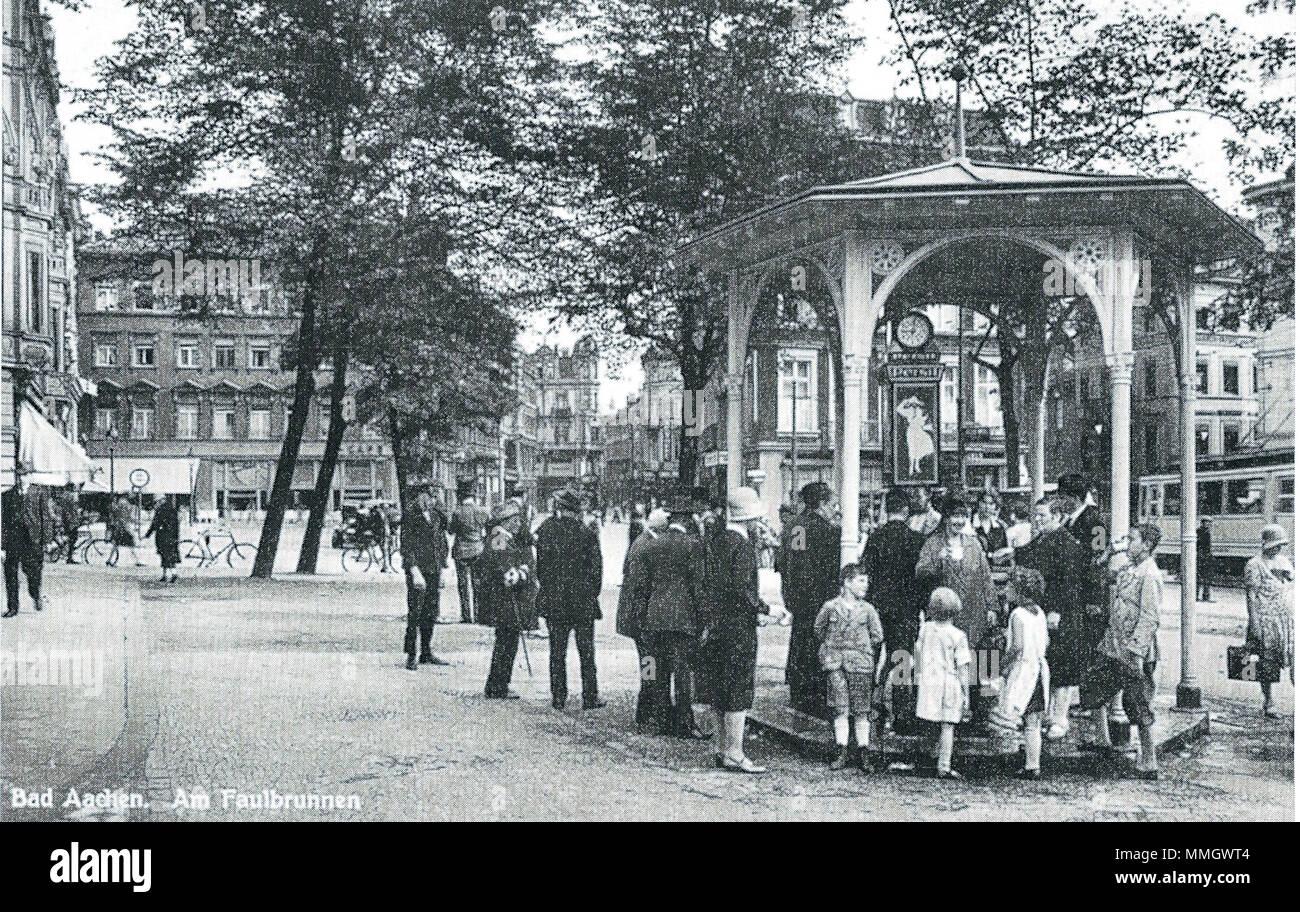 . Deutsch: Öffentlicher Trinkbrunnen - genannt 'Faulbrunnen' - auf dem Friedrich-Wilhelm-Platz in Aachen, an dem kostenlos Mineralwasser aus der Kaiserquelle abgegeben wurde.  . 1932. Unknown 23 Aachener Trinkbrunnen 1932 Stock Photo