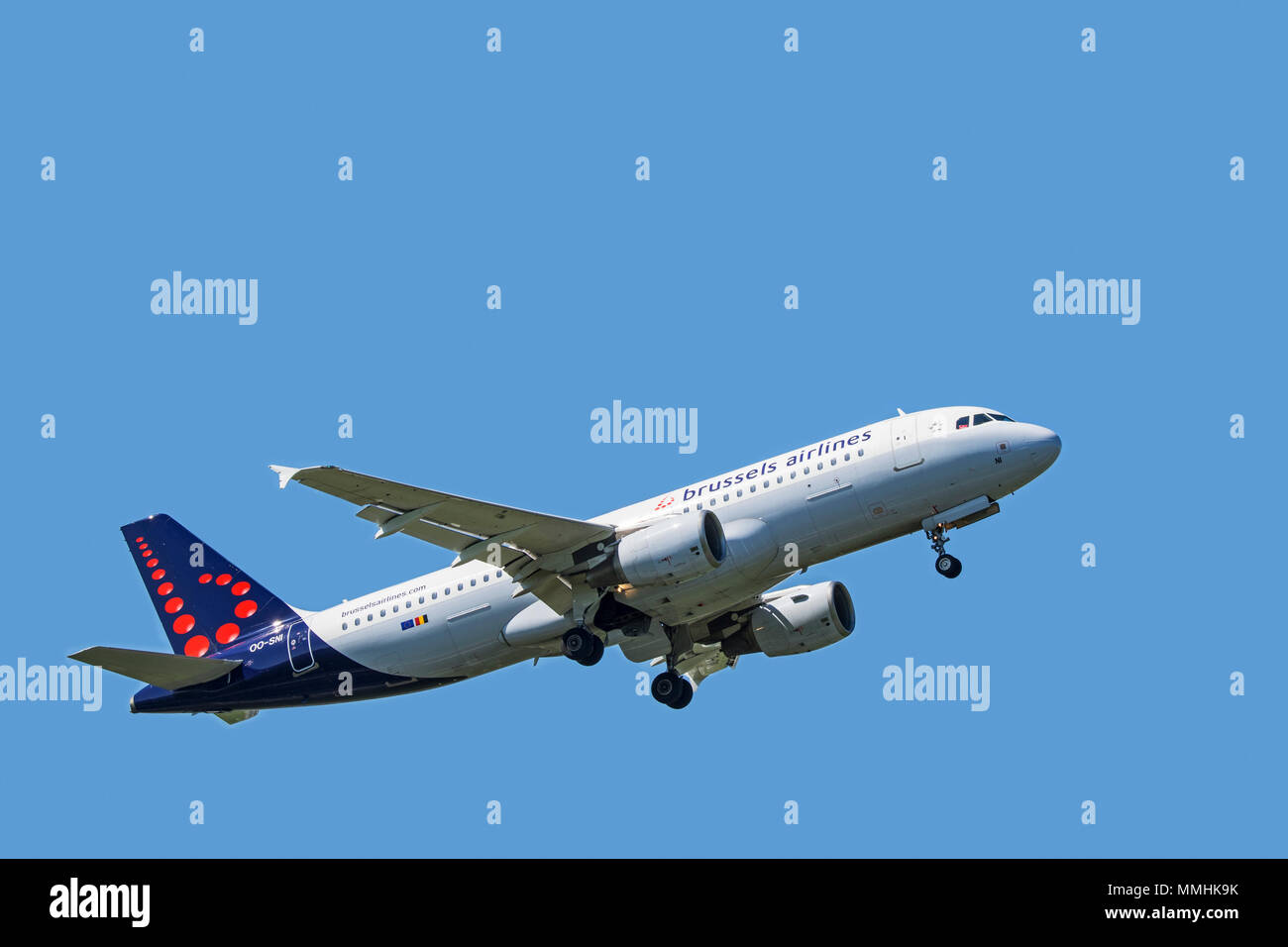 Airbus A320-214, narrow-body, commercial passenger twin-engine jet airliner from Belgian Brussels Airlines in flight against blue sky - Stock Image