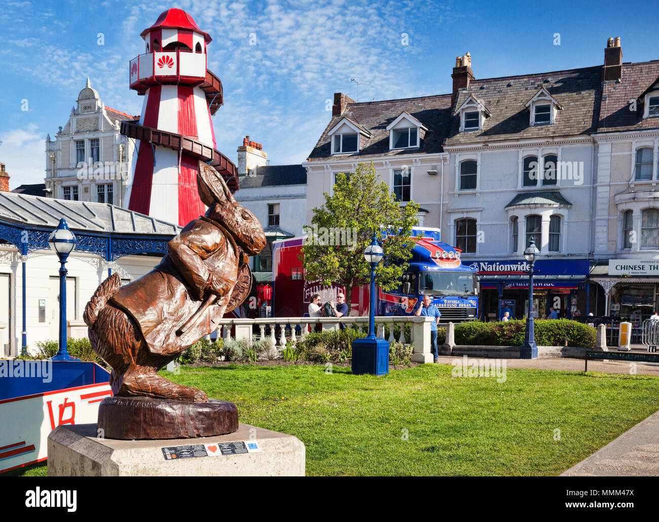 7 May 2018: Llandudno, Conwy, North Wales - White Rabbit oak sculpture, by Simon Hedger, part of the Alice in Wonderland Trail, with some of the attra - Stock Image
