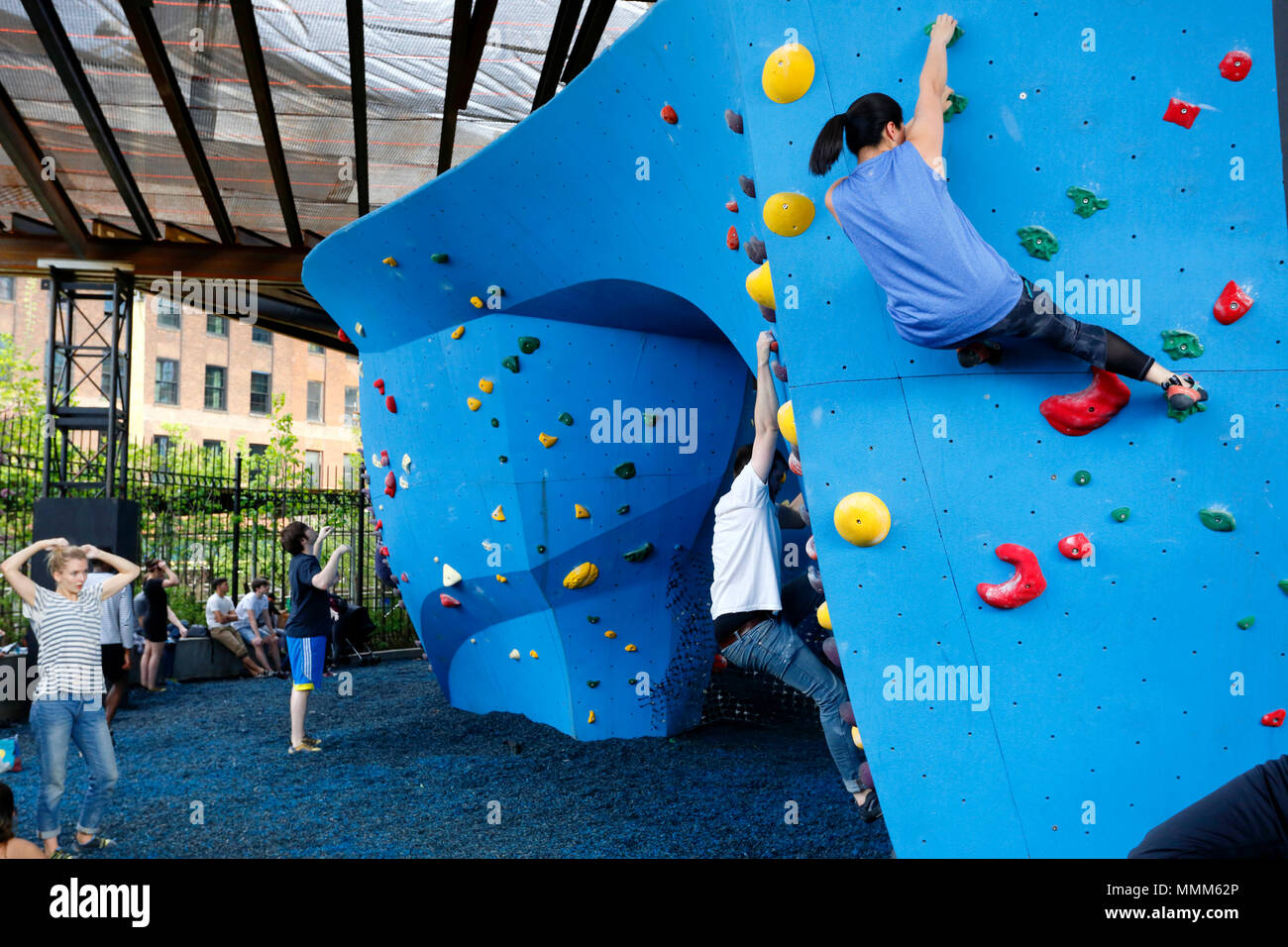 Rock climbers at The Cliffs at DUMBO - Stock Image