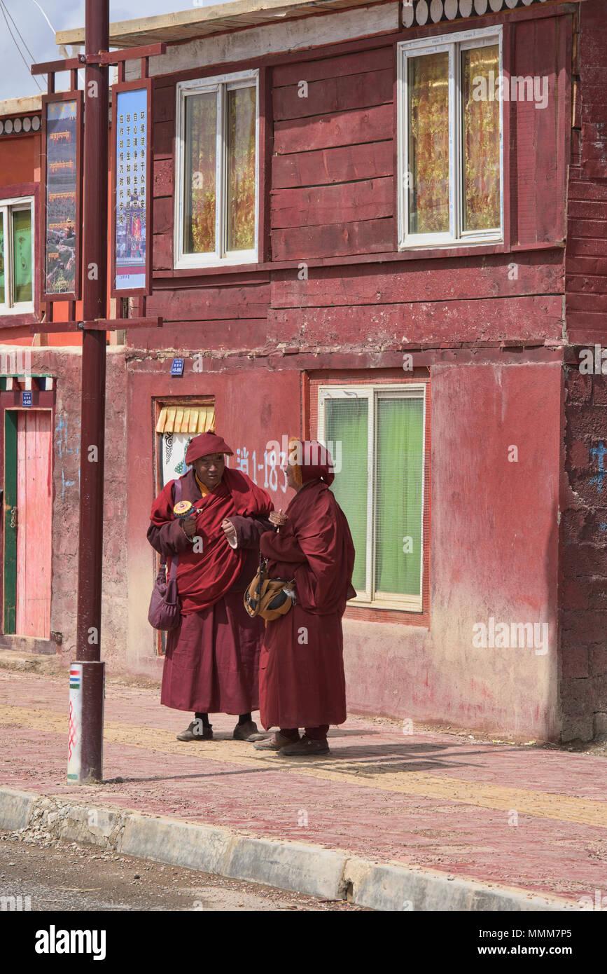 Tibetan monks socialising, Yarchen Gar, Sichuan, China - Stock Image